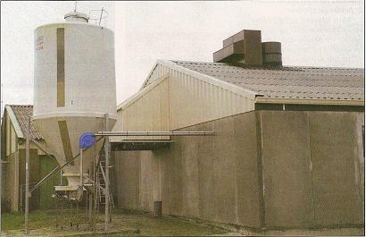 L'entrée d'air du nouveau bâtiment (à côté du silo) et l'un des échangeurs sur le toit.