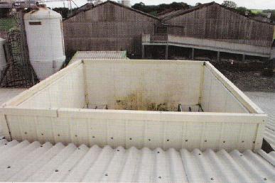 L'extraction de l'air est centralisée dans cette cheminée où l'on distingue les trappes d'échangeur. Fermées, elles dirigent l'air vers l'échangeur de chaleur. Ouvertes, elles laissent passer l'air issu du lavage d'air à l'extérieur. Entre les deux, toutes les combinaisons sont possibles.