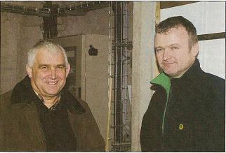 Michel Loaec (à gauche) et Bernard Toulec vont travailler avec l'Ifip et la Chambre d'agriculture sur l'analyse des charges d'énergie dans les différents ateliers de l'exploitation.