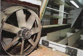 Dans les combles, le mélange d'air est réalisé. En bas, l'air arrive de l'extérieur. En haut, il vient de l'échangeur placé en sortie de l'installation de lavage d'air où il s'est réchauffé. A gauche, un ventilateur «circulateur» aide à extraire l'air chaud, sachant que la dépression dans les salles,seule,ne suffirait pas.